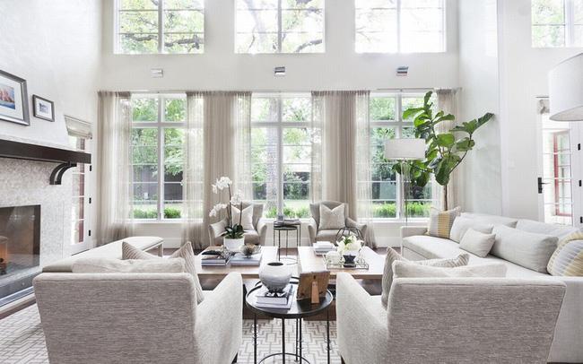 Những mảng tường trắng giúp căn nhà sáng hơn
