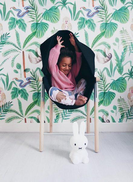 Khi bạn nhỏ cảm thấy không thoải mái thì có thể kéo phần vải trùm lên trên theo phong cách hoodie